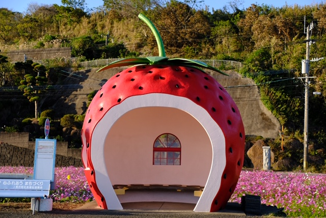 佐賀県:フルーツバス停(イチゴ)