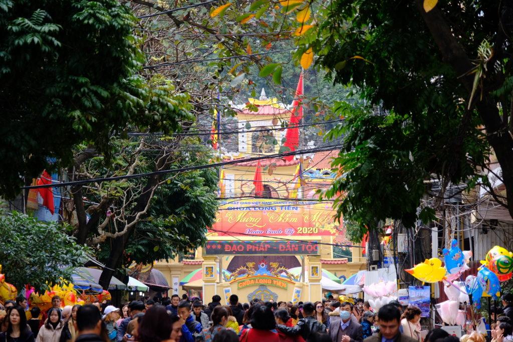 多くの参拝客で賑わうロンティエン寺